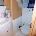 La grande salle de bain avec toilette à pompe. C'est aussi la douche