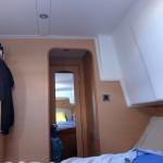 Vue du lit avec la porte de chambre fermée