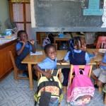 La rencontre avec les élèves du primaire pour remettre des effets scolaires