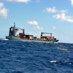 Gros bateau cargo croisé au large